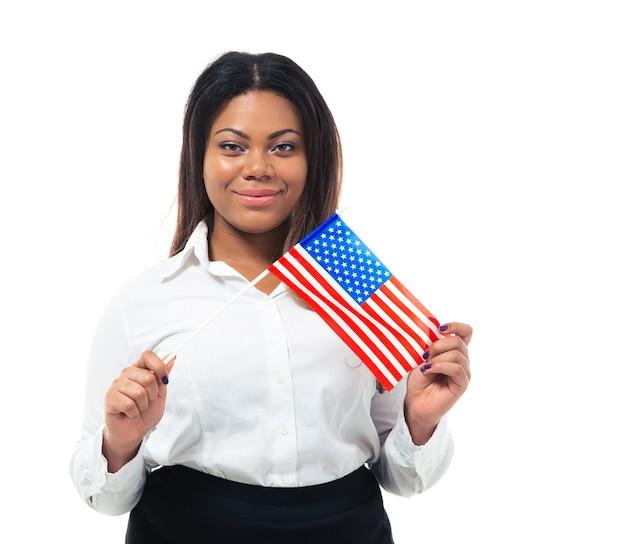Sorridente busiensswoman africana che tiene la bandiera degli stati uniti