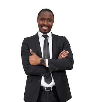 Sorridente uomo d'affari africano con il pollice in alto isolato