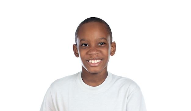 Bambino afro sorridente che guarda l'obbiettivo isolato su un bianco