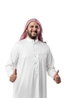 Ritratto di uomo arabo sorridente isolato su sfondo bianco per studio. nazionalità, cultura, inclusione, diversità. fiducioso uomo d'affari in abiti tradizionali mediorientali con foulard. attività commerciale.