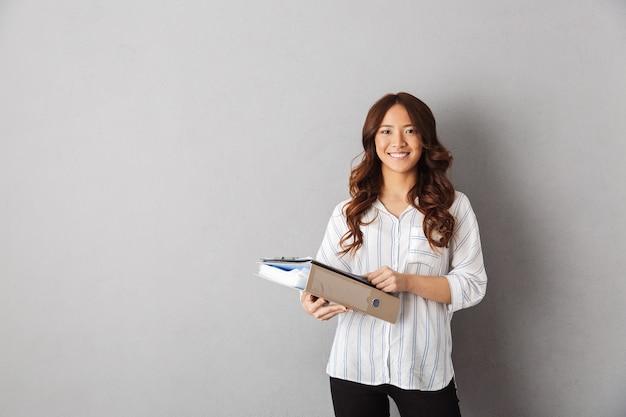 Condizione asiatica sorridente della donna di affari