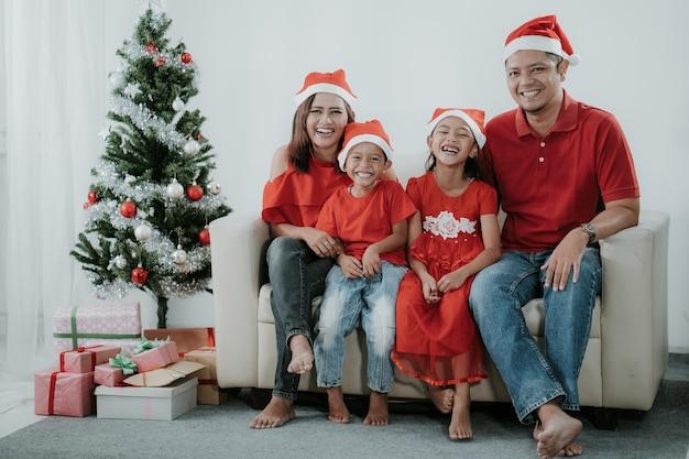 Sorridente famiglia asiatica durante la celebrazione del natale