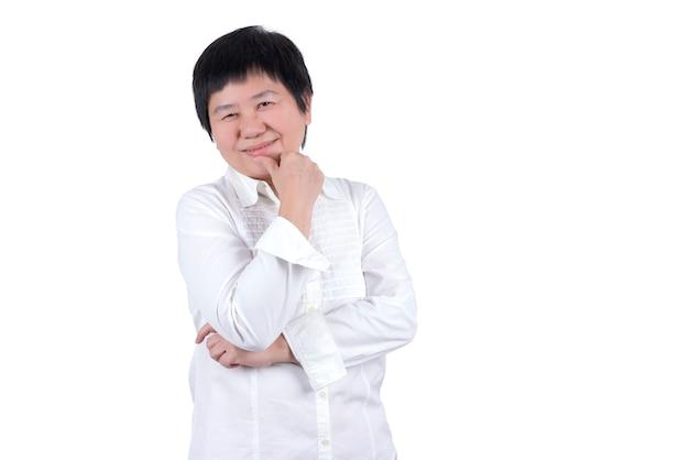 Sorridente donna asiatica di mezza età in camicia bianca isolata su sfondo bianco