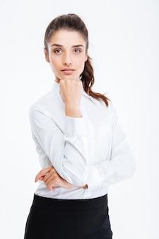 Sorridente imprenditrice attraente guardando davanti isolato su un muro bianco