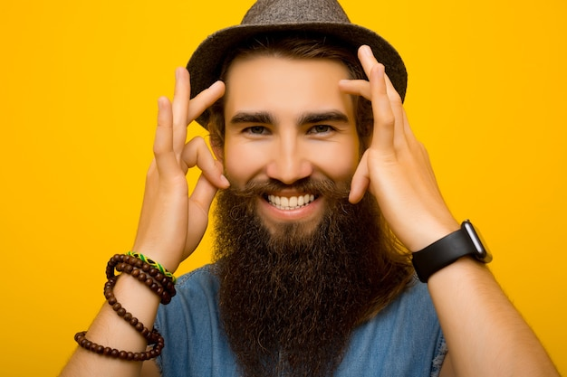 Uomo barbuto sorridente.