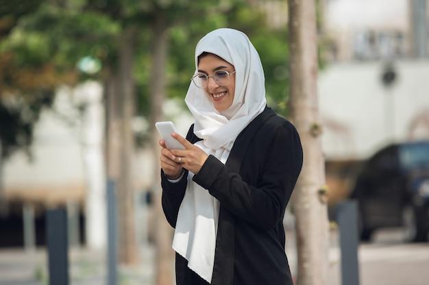Sorridente. bellissimo ritratto musulmano di donna d'affari di successo