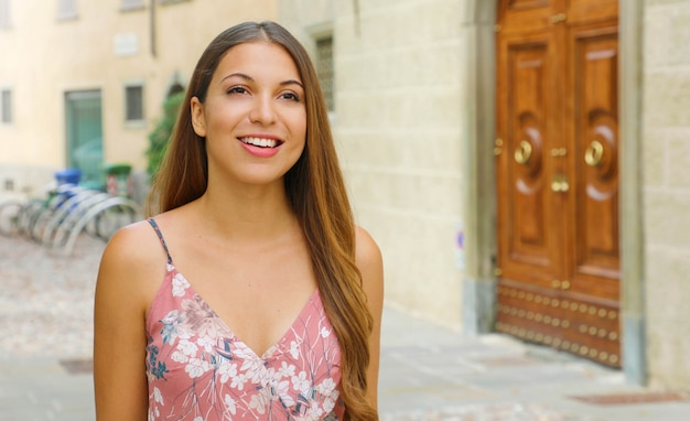 Bella donna sorridente che cammina nella vecchia città italiana. copia area di spazio.