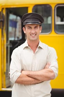 Autista di autobus sorridente che guarda l'obbiettivo Foto Premium