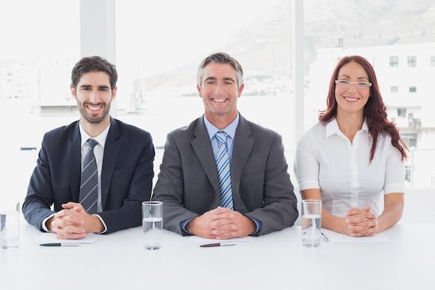 Sorridente uomini d'affari seduti insieme