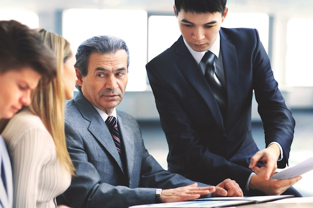 Squadra sorridente di affari che discute qualcosa nell'ufficio