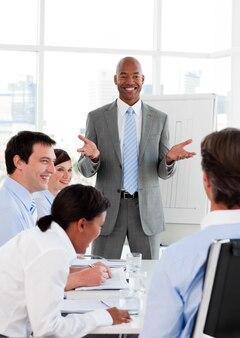 Uomo d'affari sorridente che fa una presentazione ai suoi colleghi