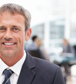 Uomo d'affari sorridente nel suo ufficio