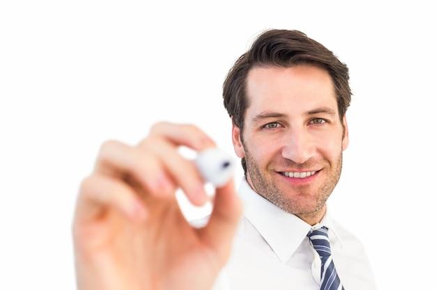 Scrittura sorridente dell'uomo d'affari con l'indicatore nero