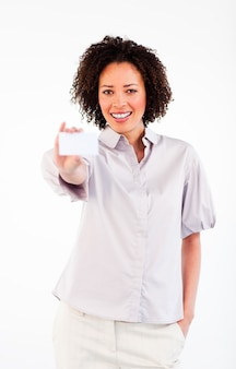 Donna di affari sorridente che tiene businesscard bianco