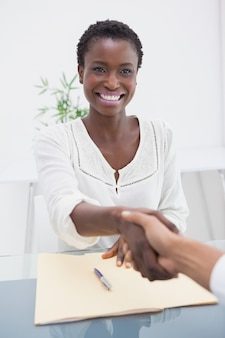 La donna di affari sorridente ha presentato il suo nuovo collega