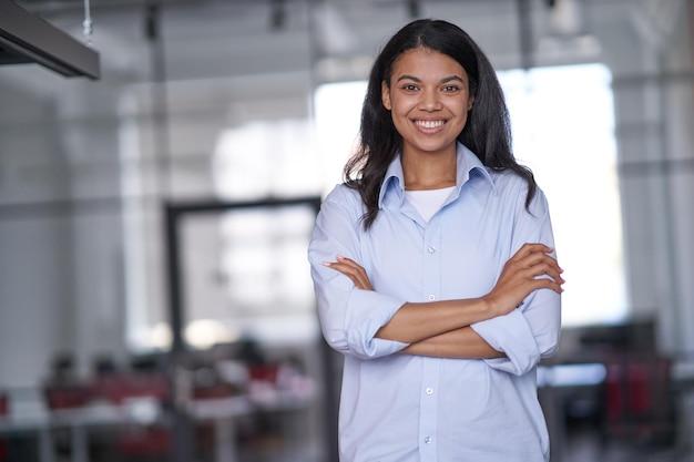 Imprenditrice sorridente in attesa di clienti in sala conferenze