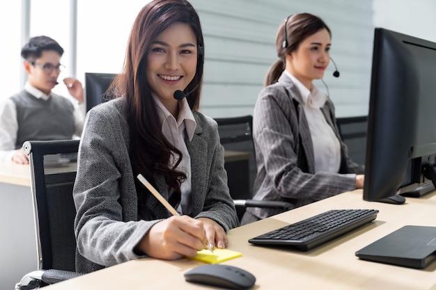 Call center sorridente funzionante