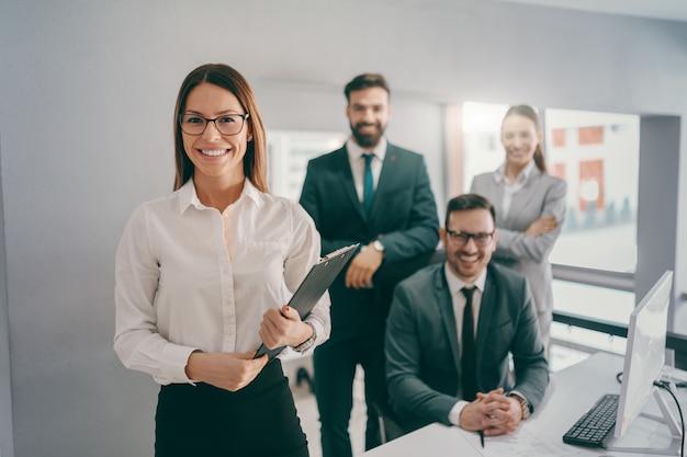 Donna di affari caucasica sorridente nell'usura convenzionale