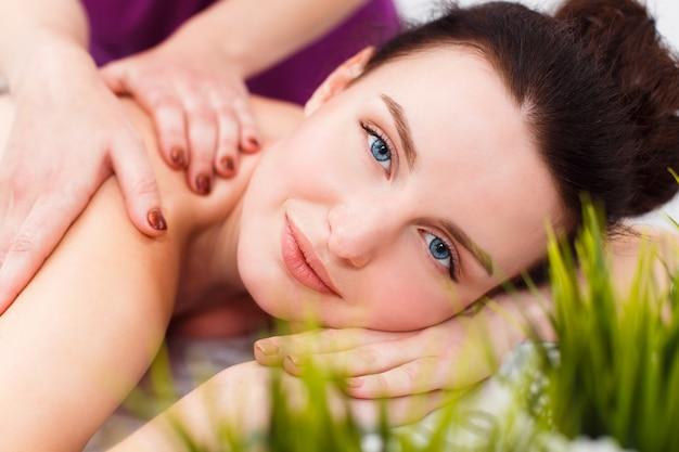 Cliente sorridente ad una sessione di massaggio