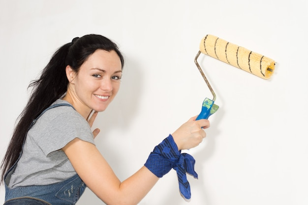 Sorridente donna sicura di sé che dipinge la sua casa