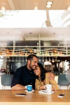 Sorridente coppia di amanti divertirsi nella caffetteria.