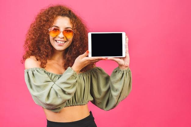 Modello riccio sorridente con computer tablet in studio