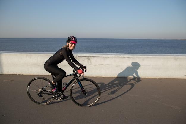 Ciclista sorridente sul lungomare della città