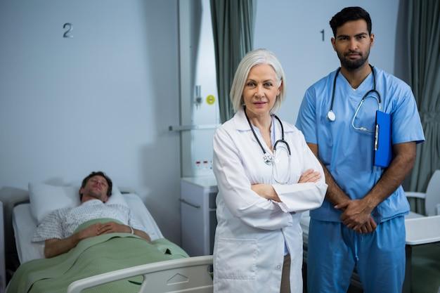 Medico sorridente e in piedi con le braccia incrociate