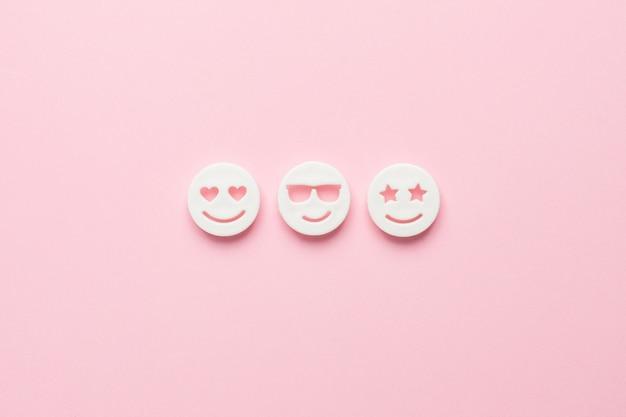 Emoji sorridenti su rosa, social networking e comunicazione vista dall'alto