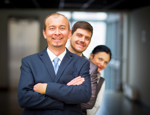 Dipendenti sorridenti in piedi intorno al loro manager