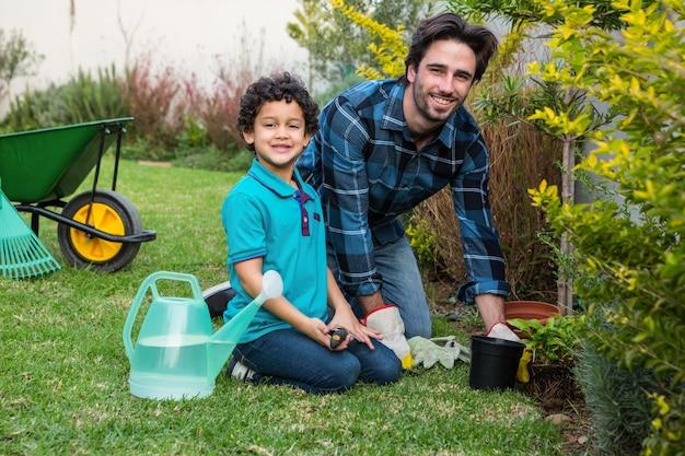 Giardinaggio sorridente del padre e del figlio