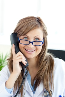 Dottoressa sorridente parlando al telefono