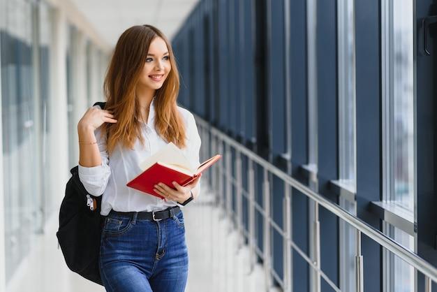 Studentessa sorridente che migliora il suo futuro frequentando lezioni regolari
