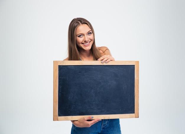 Studentessa sorridente che tiene scheda in bianco