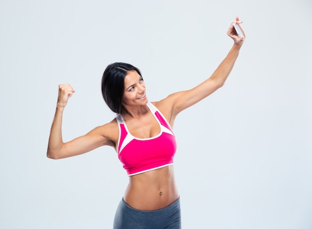 Sorridente donna fitness facendo selfie foto