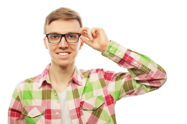 Sorridente amichevole giovane attraente con una moderna acconciatura alla moda in posa su uno sfondo bianco con copyspace, testa e spalle ritratto