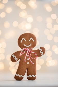 Uomo di pan di zenzero sorridente con luci