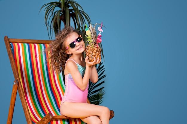 Ragazza sorridente in costume da bagno e occhiali da sole seduti nel ponte arcobaleno