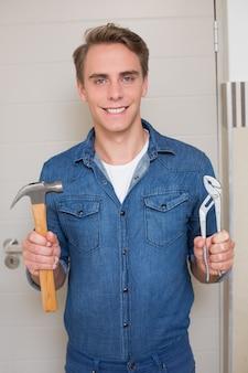 Chiave e martello sorridenti della tenuta tuttofare