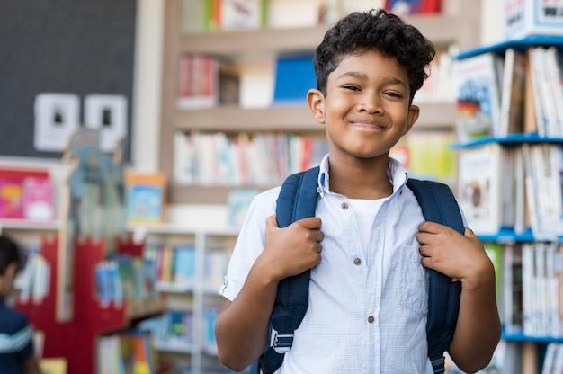Ragazzo ispanico sorridente a scuola