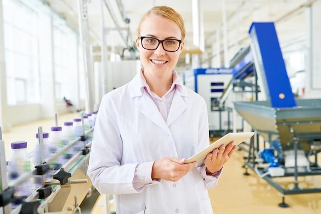 Ispettore sorridente alla fabbrica del latte di soia