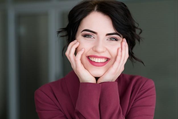 Sorridente donna allegra