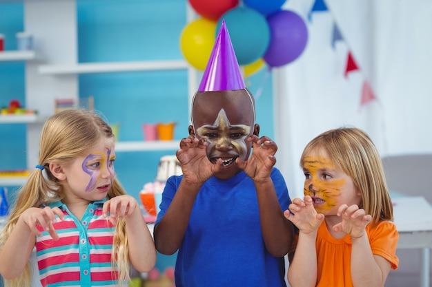 Bambini sorridenti con facce dipinte