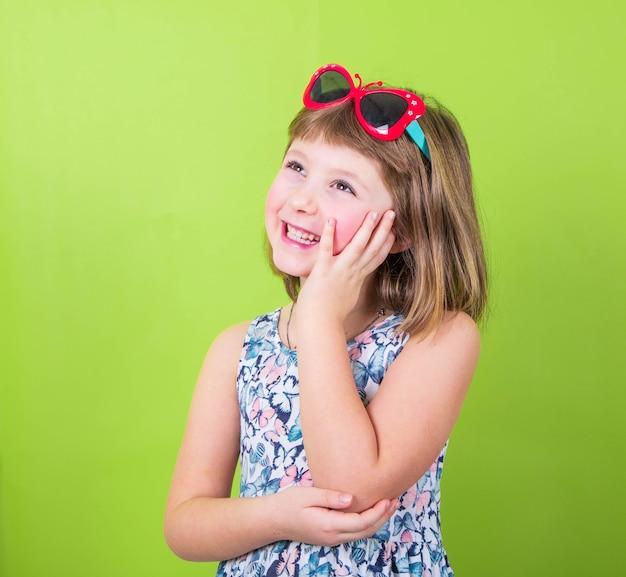 Bambina sorridente con gli occhiali
