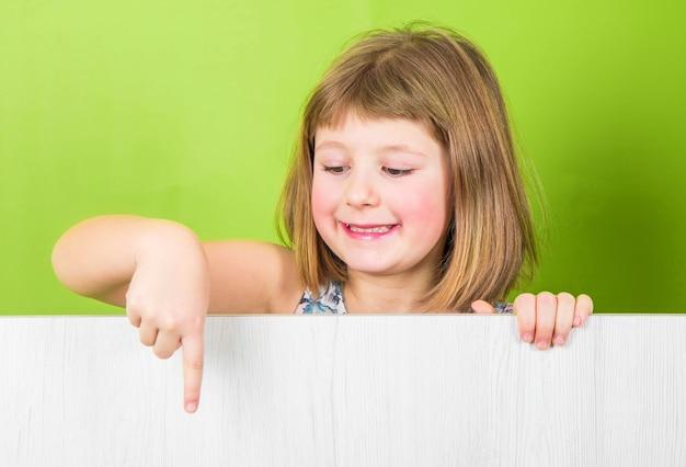 Bambina sorridente con pannello bianco