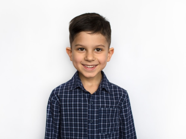 Sorridente ragazzino felice, guardando il ritratto della fotocamera, isolato su sfondo bianco