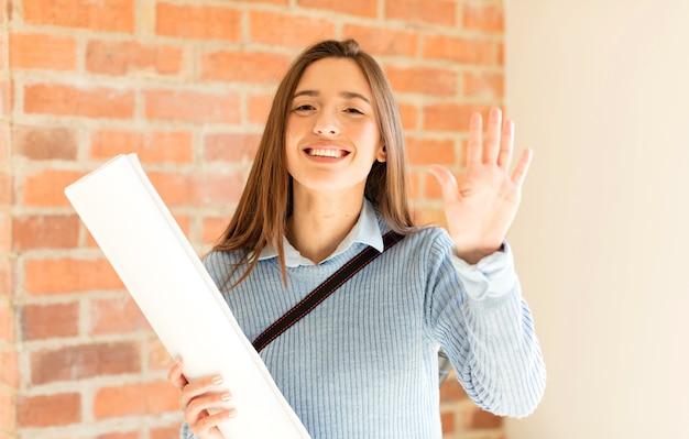 Sorridendo e guardando amichevole, mostrando il numero cinque o quinto con la mano in avanti, conto alla rovescia
