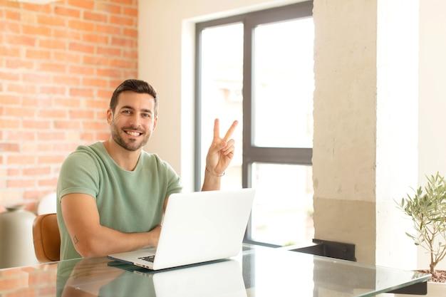Sorridendo e guardando amichevole, mostrando il numero due o secondi con la mano in avanti, conto alla rovescia