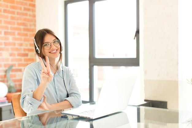 Sorridente e con un aspetto amichevole, mostrando il numero due o il secondo con la mano in avanti, conto alla rovescia