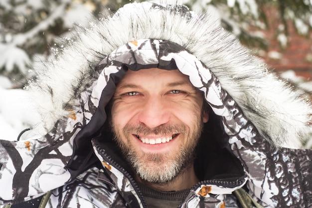 Ritratto di uomo sorridente in giacca invernale